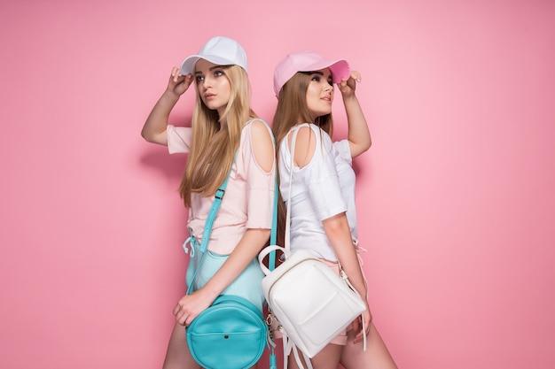 Sportieve vrouwen met tassen