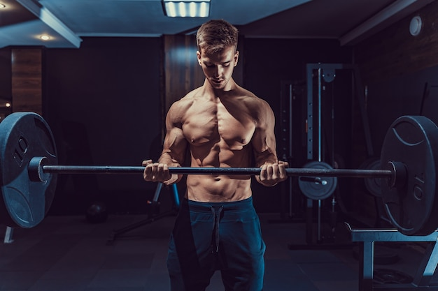 Sportieve yong man doet zware oefening voor biceps.