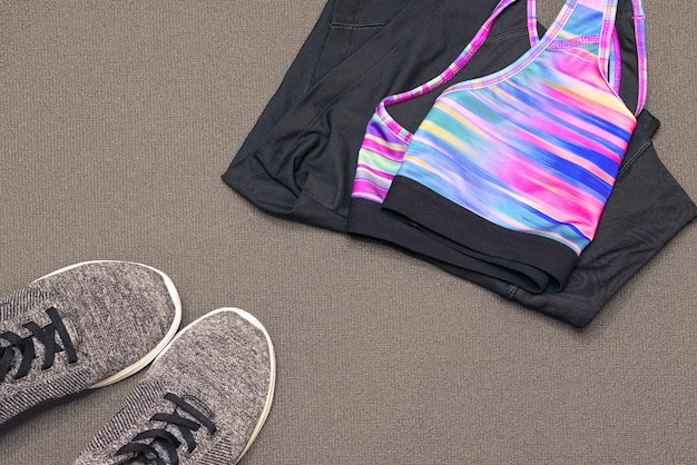 Sportkleding en sneakers op gymmat. sport, gezondheid, gezond levensstijlthema. afgezwakt.