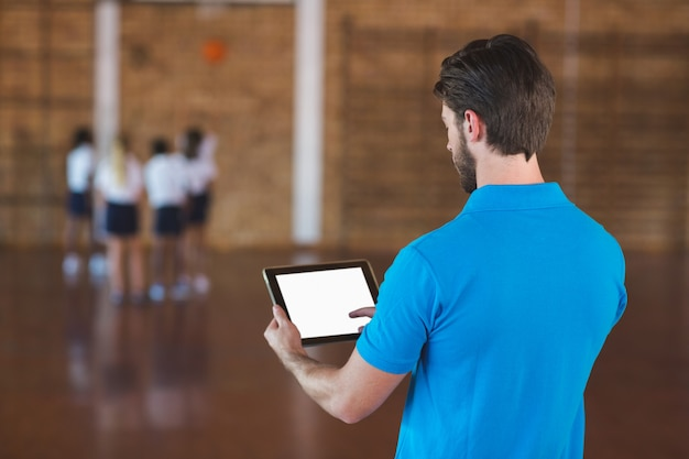 Sportleraar met behulp van digitale tablet