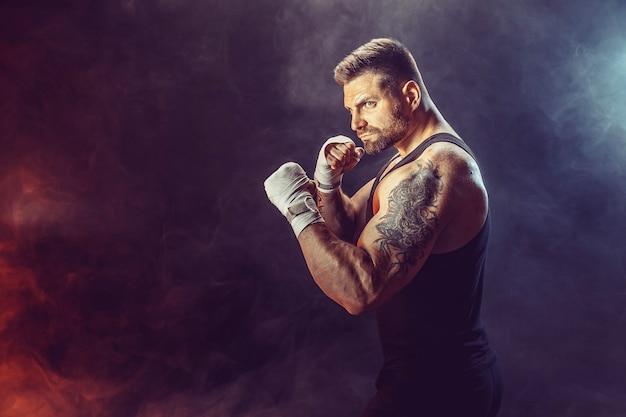 Sportman bokser training voor zijn bewegingen