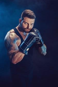 Sportman bokser vechten op zwarte muur met schaduw. kopieer de ruimte. boksen sport concept.