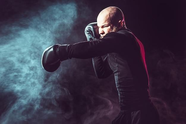 Sportman bokser vechten op zwarte ruimte met rook