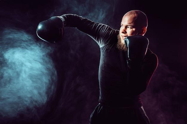 Sportman bokser vechten, zijwaartse impact op zwarte ruimte met rook raken