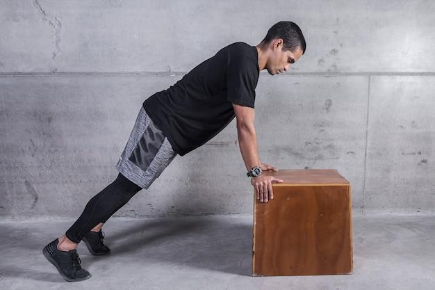 Sportman die oefening op houtsnede doet