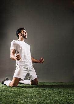 Sportman die terwijl zich het verheugen over overwinning schreeuwen