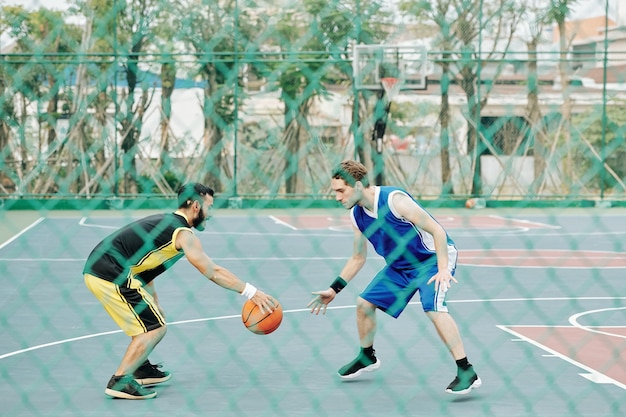 Sportman die verdediging speelt