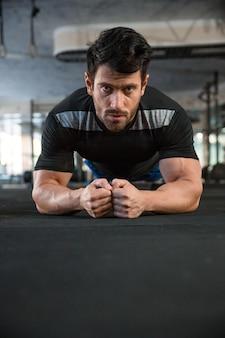 Sportman die zwart t-shirt draagt op training