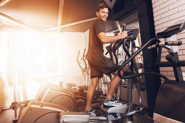 Sportman doet oefeningen met walking trainer.