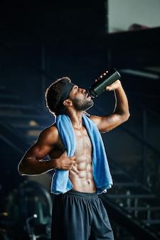 Sportman genieten van zoet water