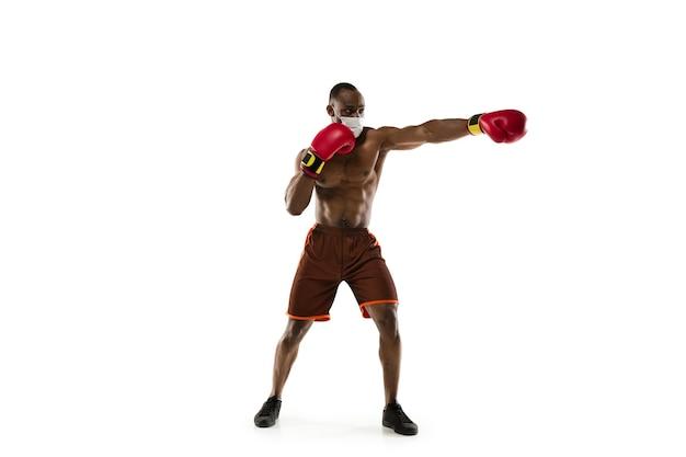 Sportman in beschermend masker coronavirus behandelingsconcept