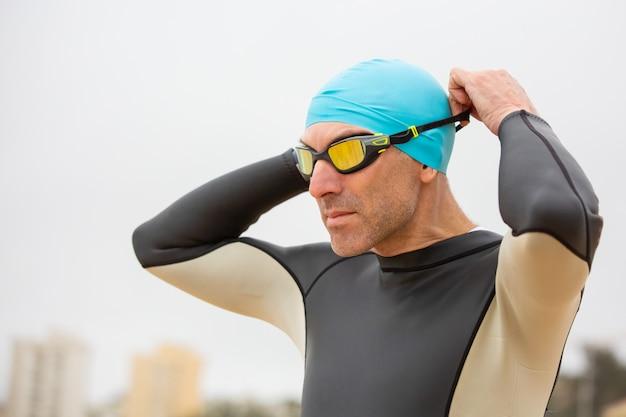 Sportman in wetsuit dragen van een veiligheidsbril