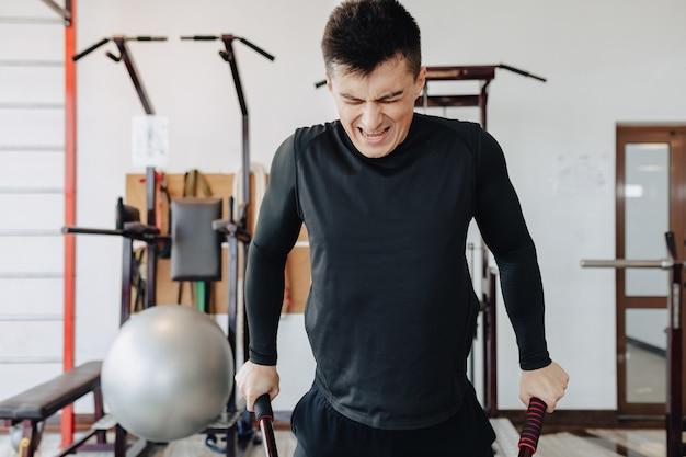 Sportman knijpt op staven, oefeningen op borstspieren. gezonde levensstijl.