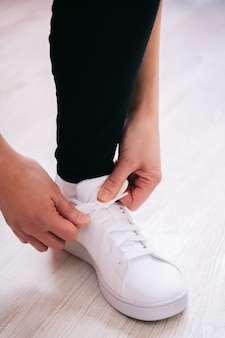 Sportman koppelverkoop witte sneaker op lichte achtergrond