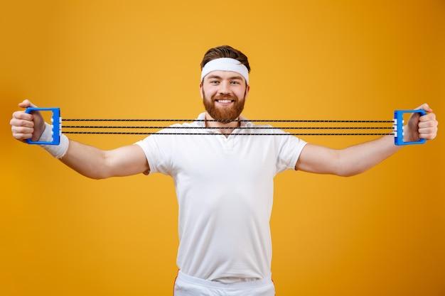 Sportman maakt sportoefeningen met sportuitrusting
