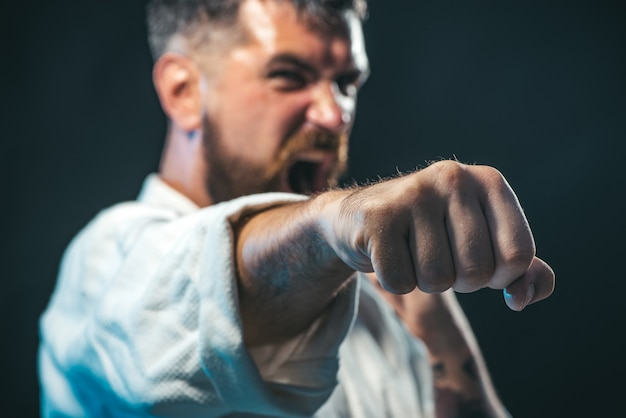 Sportman martial art taekwondo training in karate positie mma mixed martial art selectieve focus op