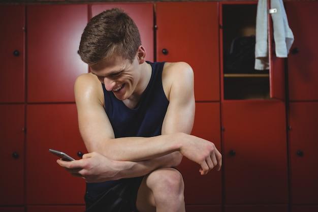 Sportman met behulp van mobiele telefoon