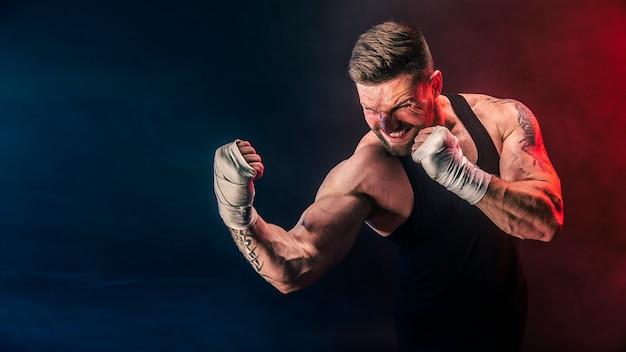 Sportman muay thai bokser vechten op zwarte achtergrond met rook.