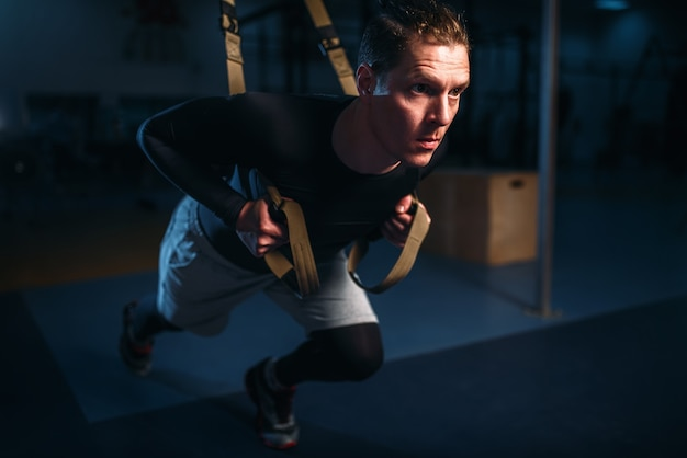 Sportman op training, duurtraining met touwen