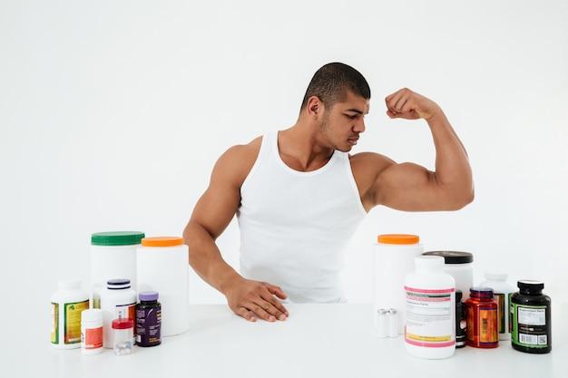 Sportman toont zijn biceps.