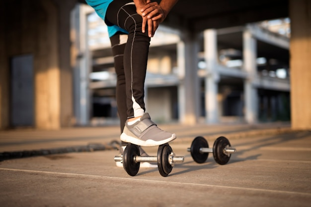 Sportman training met gewichten