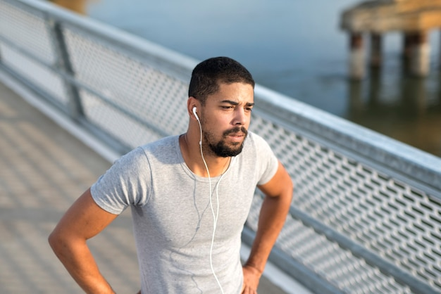 Sportman voelt zich niet lekker tijdens het trainen een atleet met pijn en duizeligheid.