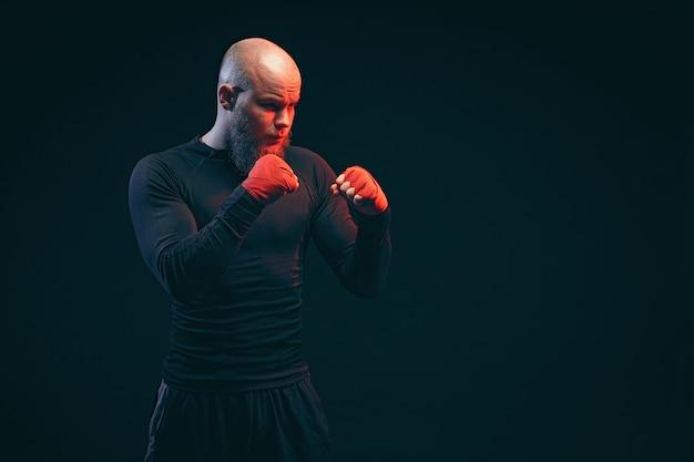 Sportmanbokser het vechten op zwarte muur