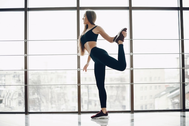 Sportmeisje in een ochtendgymnastiek