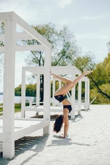 Sportmeisje op een strand