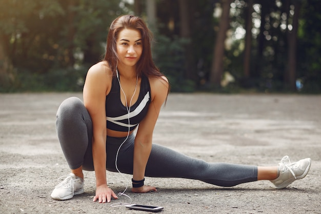 Sportmeisje opleiding met telefoon en hoofdtelefoons