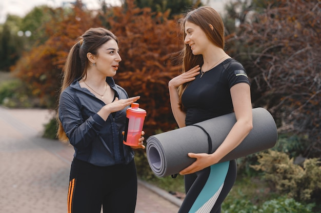 Sportmeisjes die in een de zomerbos opleiden