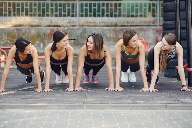 Sportmeisjes die in een de zomerpark opleiden