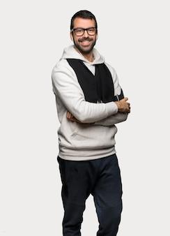 Sportmens met glazen en gelukkige over geïsoleerde grijze achtergrond