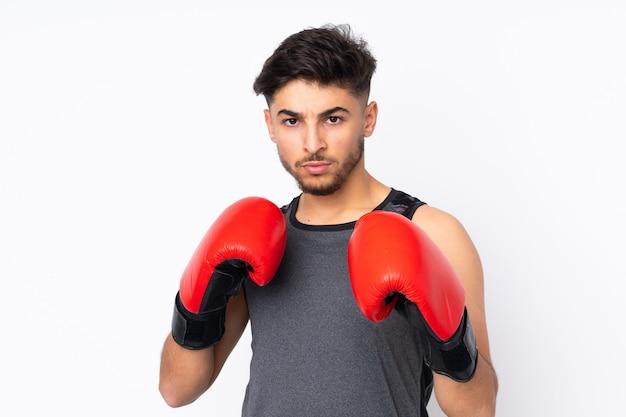 Sportmens op witte muur met bokshandschoenen wordt geïsoleerd die