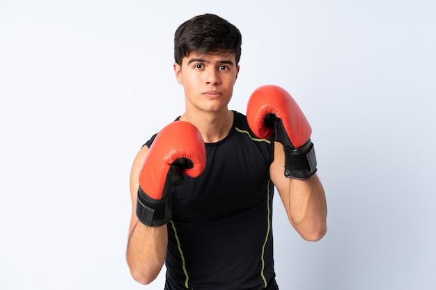 Sportmens over blauwe muur met bokshandschoenen