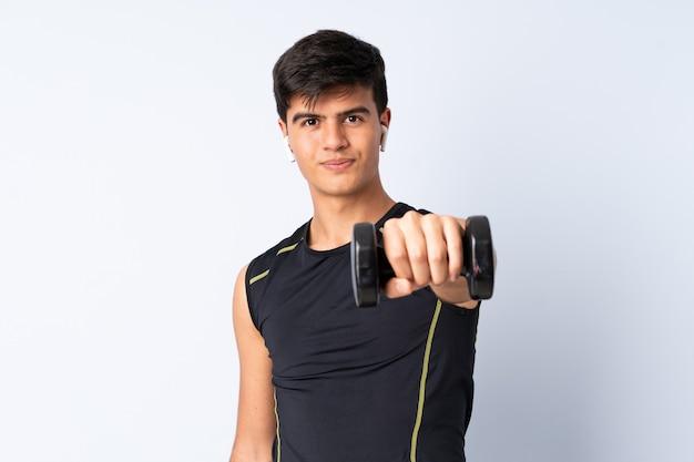 Sportmens over geïsoleerde blauwe achtergrond die gewichtheffen maken