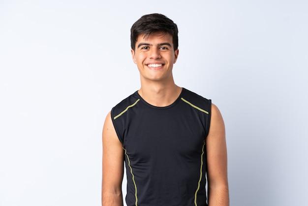 Sportmens over geïsoleerde blauwe gelukkig en achtergrond die glimlachen