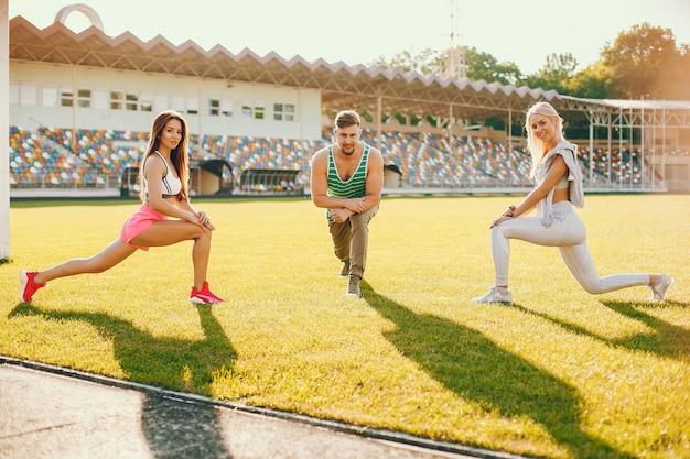 Sportmensen trainen in het stadion