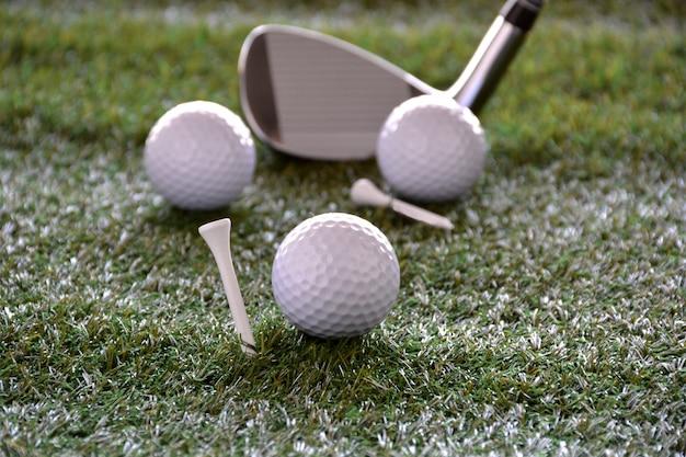 Sportobjecten gerelateerd aan golf zoals handschoenen, ballen etc.