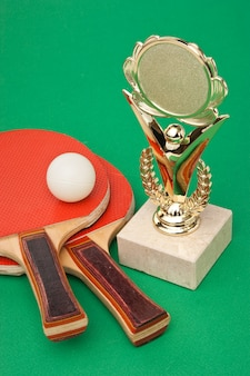 Sportprijzen en tennisrackets op een groene tafel