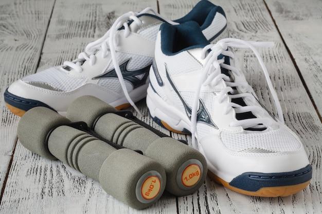 Sportschoenen en halters op de vloer, bovenaanzicht. sport muur