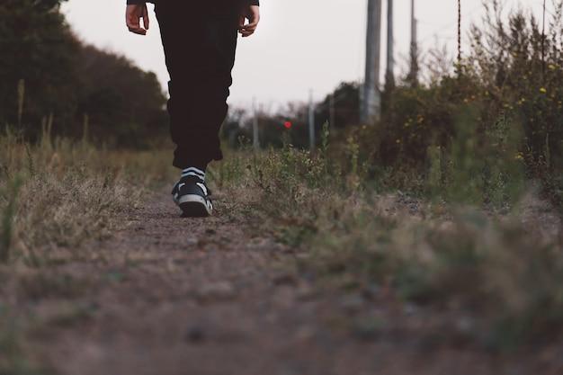 Sportschoenen. jongen gekleed in sneakers en gestreepte sokken. achteraanzicht. banier