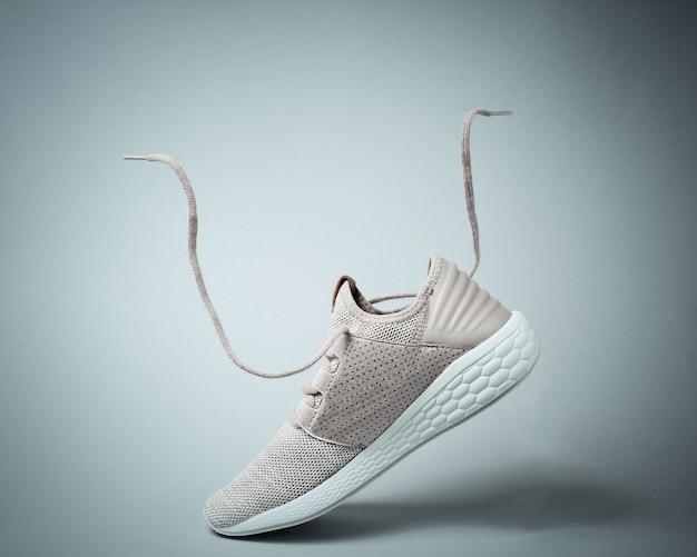 Sportschoenen met vliegende veters.