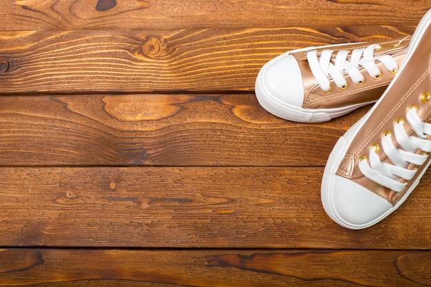 Sportschoenen op de vloer