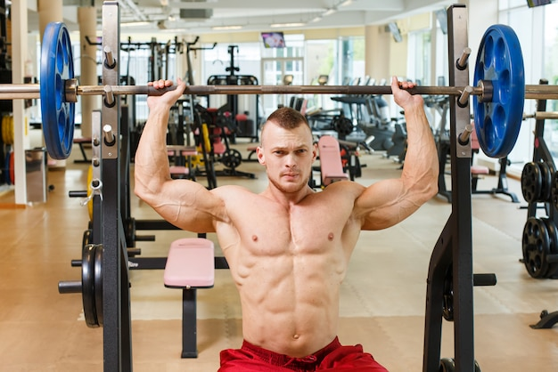 Sportschool. knappe man tijdens training