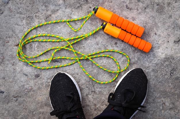 Sportspringtouw aan de voeten van een atleet in sneakers