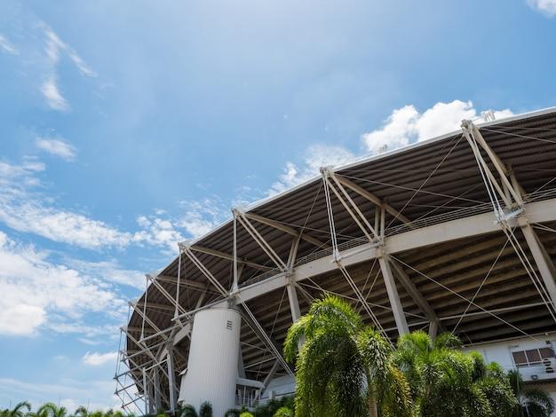 Sportstadion buiten met blauwe lucht