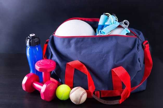 Sporttas voor het verpakken van je trainingsitem met zwarte achtergrond.