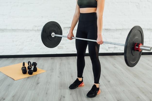 Sportuitrusting. de donkerbruine barbell van de vrouwenholding!