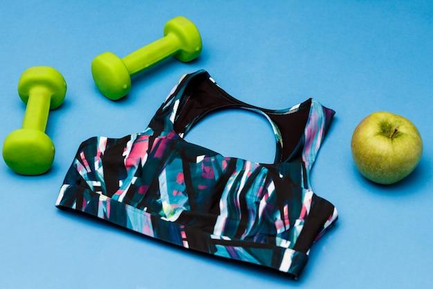 Sportuitrusting die op blauwe oppervlakte wordt geïsoleerd